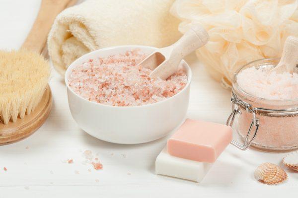 Spaattiraljer i rosa toner. Tvål, badborste, salt.